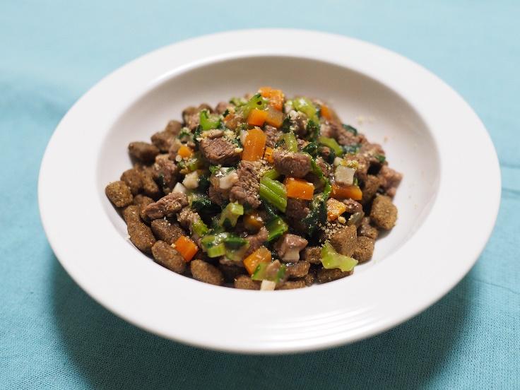 野菜と肉または魚のトッピングごはんの例